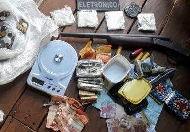 Preso do semiaberto é flagrado com arma, drogas e dinheiro no interior