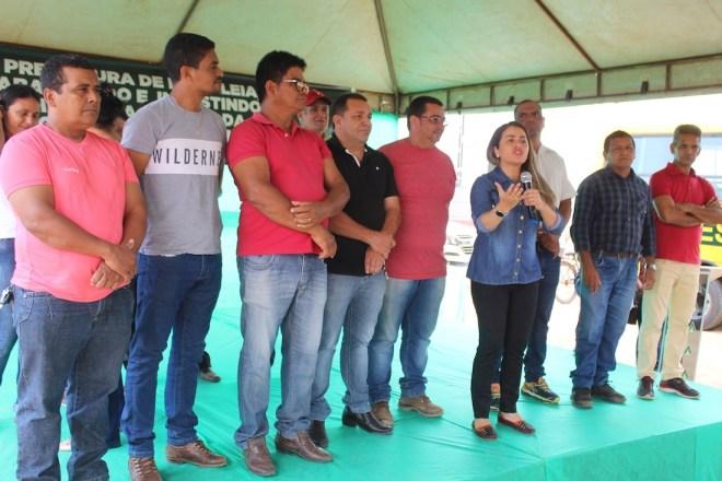 Vereadores participam de entrega de maquinários e equipamentos agrícolas para produtores rurais
