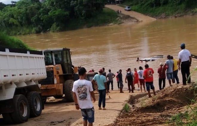 Caminhão boiadeiro cai no rio após subir em balsa em Xapuri