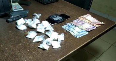 Homem é preso e menor apreendido com papelotes de cocaína
