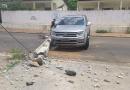 Caminhonete sofre problema após sair de revisão e derruba poste em Rio Branco