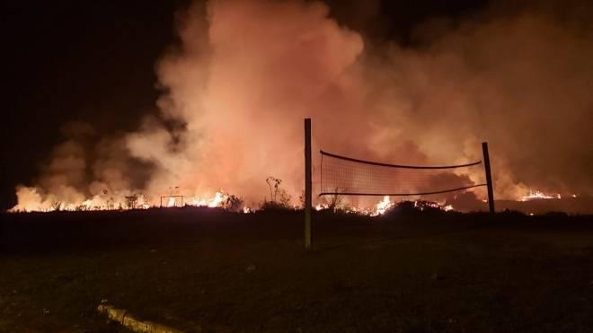 Grande incêndio atinge área do batalhão do Corpo de Bombeiros e pista de pouso de Xapuri